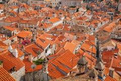 Röda belade med tegel tak i den gamla staden av Dubrovnik Arkivbild