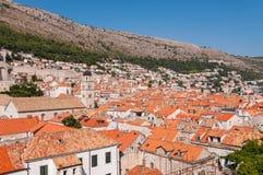Röda belade med tegel tak i stad av Dubrovnik Arkivbild