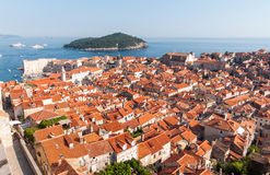 Röda belade med tegel tak i stad av Dubrovnik Arkivfoto