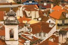 Röda belade med tegel tak. Lissabon. Portugal royaltyfria foton