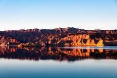 Röda berg för sjö Royaltyfri Bild