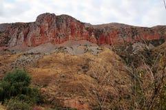 Röda berg i conyon i Armenien royaltyfria foton