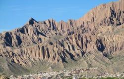 Röda berg och vaggar bildandedalen i Quebrada de Humahuaca Arkivbilder