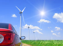 Röda bil- och vindturbiner royaltyfri fotografi