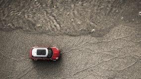 Röda bilritter längs kusten arkivfoto