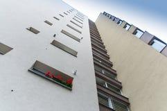 Röda blommor på fönstret för tornkvarter fotografering för bildbyråer