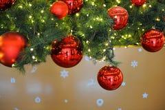 Röda bollar dekorerar julgranen Fotografering för Bildbyråer