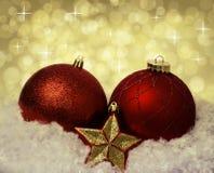 Röda bollar för julgarnering på snön Arkivbilder