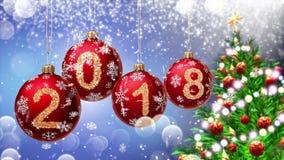 Röda bollar med nummer 2018 som hänger på bakgrunden av en blå bokeh och en roterande tolkning för julgran 3d lager videofilmer