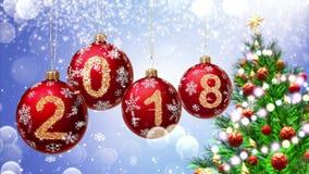 Röda bollar med nummer 2018 som hänger på bakgrunden av en blå bokeh och en roterande tolkning för julgran 3d arkivfilmer