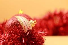 Röda bollar stänger sig upp och julgranprydnader royaltyfria bilder