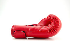 Röda boxninghandskar på vit Arkivbild