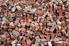 Röda brutna tegelstenar med cementrestermodellen royaltyfri bild
