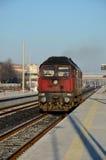 Röda bulgariska handtag för diesel- lokomotiv för järnvägar in i Plovdiv posterar Bulgarien Royaltyfri Fotografi