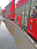 Röda bussar för dubbel däckare i London, England royaltyfri foto
