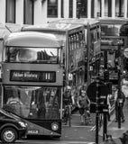 Röda bussar i gatorna av London - LONDON - STORBRITANNIEN - SEPTEMBER 19, 2016 Arkivbild