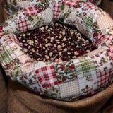 Röda Calypso Beans inom jutesäcken som är till salu på marknaden Royaltyfri Fotografi