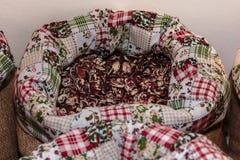 Röda Calypso Beans inom jutesäcken som är till salu på marknaden Royaltyfri Foto