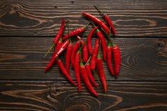 Röda chili på wood bakgrund Fotografering för Bildbyråer