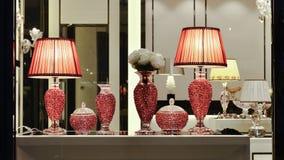 Röda crystal skrivbordlampor shoppar in fönstret Arkivfoton