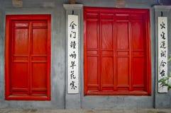 röda dörrar Arkivfoton