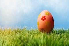Röda dekorativa easter ägg i rad Arkivbilder