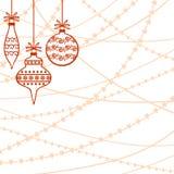 Röda dekorativa struntsaker på pärlgirlandbakgrund Royaltyfri Foto