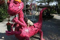 Röda Dragon Idea göras av stål royaltyfri bild