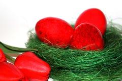 Röda easter ägg och röda tulpan Royaltyfri Fotografi