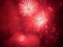 röda exploderande fyrverkerier Fotografering för Bildbyråer