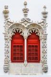 Röda fönster med den dekorativa stenhuggeriarbetet Royaltyfria Bilder