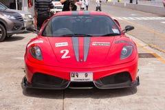 Röda Ferrari F430 som är klar i grop Royaltyfria Bilder
