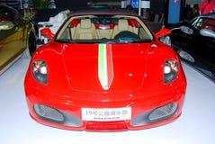 Röda Ferrari sportbilar i den auto showen Arkivfoton