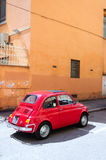 Röda Fiat 500 Royaltyfria Bilder
