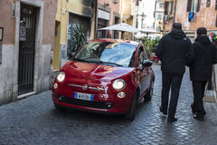 Röda Fiat 500 i Rome, Italien Arkivbilder