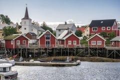 Röda fiskekabiner i byn av Reine Lofoten Islands arkivbilder