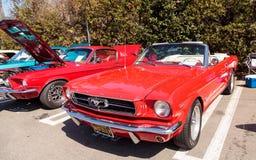 Röda Ford Mustang 1965 Royaltyfria Bilder