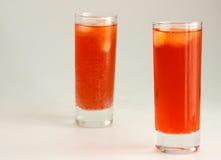 Röda frostiga coctailar med is arkivbilder