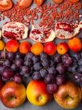 r?da frukter och berrys rikt vitamin, resveratrol, astaxanthinantioxidants mat, slut upp arkivbild