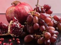 Röda frukter och vin arkivfoto