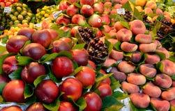 Röda frukter som travas upp Arkivfoto