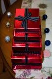 Röda gåvaaskar med det svarta bandet Arkivfoto