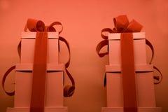 Röda gåvasjalar arkivfoton