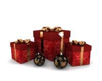 Röda gåvor med den dekorativa bowen och garneringar för guld Royaltyfri Bild