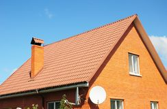Röda gamla tegelplattor för metallhustak Metalltaksinglar - taklägga konstruktion, lampglas, loftyttersida som taklägger Royaltyfri Foto