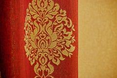Röda gardiner med broderi Arkivbild
