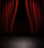 Röda gardiner och träetappgolv royaltyfri foto