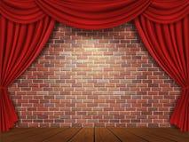 Röda gardiner på bakgrund för tegelstenvägg Arkivfoton