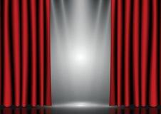Röda gardiner på belysningetapp Arkivfoton