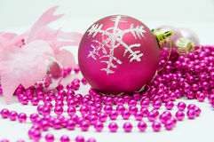 Röda garneringar för julboll- och rosa färgjulgran Arkivfoto